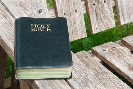 testament schreiben: Bibel Nahaufnahme auf alten Holzsitz
