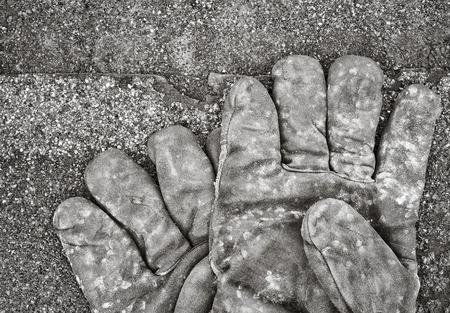 tejas: Guantes de trabajo que miente en las tejas. Imagen blanco y negro.