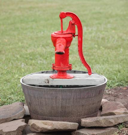 bomba de agua: Bomba de agua de la vendimia pantalla al aire libre.