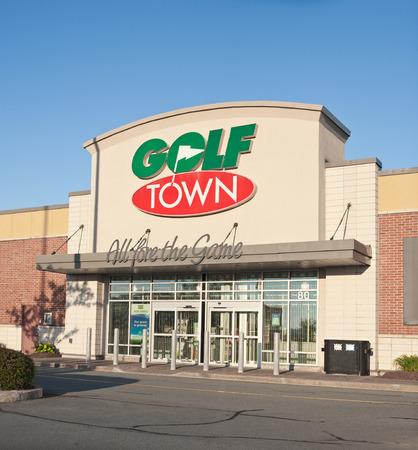 retail chain: Dartmouth, CANADA - 2 agosto 2015: punto vendita Golf Town. Golf Town � stata fondata nel 1999 ed � la pi� grande catena di forniture di golf di vendita al dettaglio del Canada.