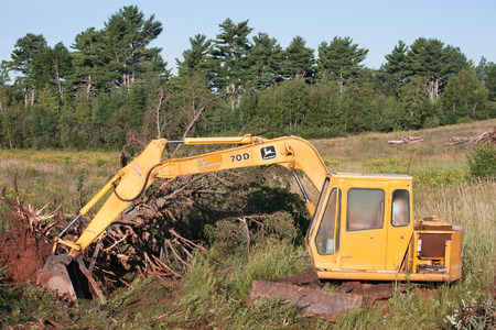 john deere: WENTWORTH, CANADA - AUGUST 11, 2015: John Deere excavator in rugged outdoor area. John Deere is an American company manufacturing heavy industrial and lawn care equipment. Editorial