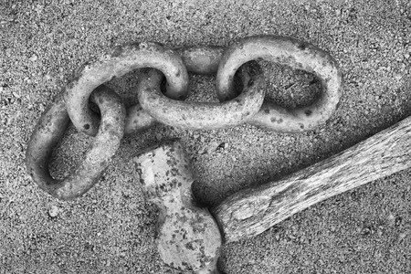 unbreakable: Rusty chain links and ball peen hammer on concrete surface Stock Photo