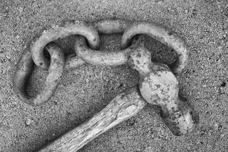 peen: Rusty chain links and ball peen hammer on concrete surface Stock Photo