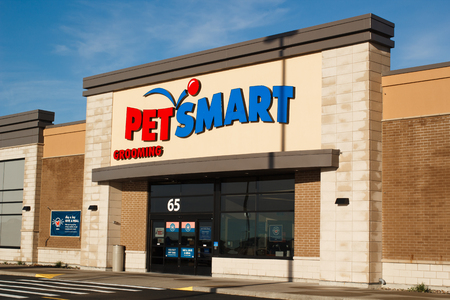 DARTMOUTH, CANADA - JUNE 10, 2017: Pet Smart. PetSmart Inc. is a pet supply chain operating in Canada, The United States and Puerto Rico. Petsmart offers pet supplies, dog training and grooming, boarding facilities, daycare and animals for sale and adopti Sajtókép