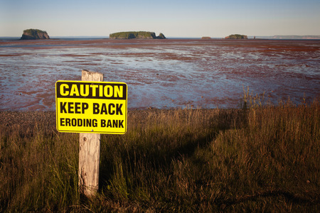 Caution keep back eroding bank sign at Five Islands, Nova Scotia. Imagens
