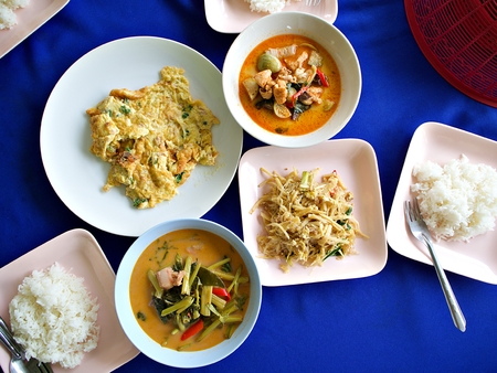 Nothern thai style dishes which consist with rice, bamboo root, varies style of curry and omelette Banco de Imagens