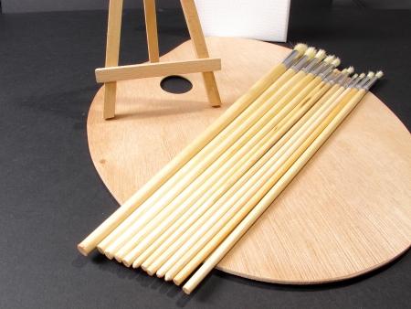 pallette: Une image de pinceaux et un chevalet portant sur une palette de peintres