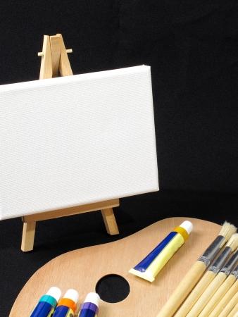 pallette: Une image de pinceaux, portant sur une palette de peintre avec un chevalet en arri�re-plan