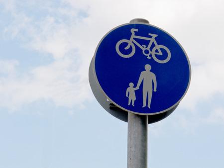 cycles: un signe montrant des pi�tons et cycles Banque d'images
