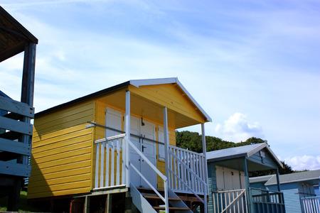 cabane plage: Une cabane de plage jaune Tankerton pr�s de Whitstable dans le Kent