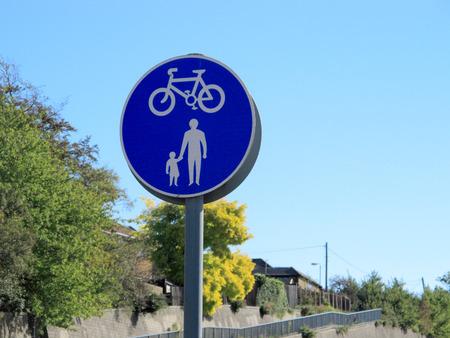 ciclos: un signo que muestra los peatones y ciclos