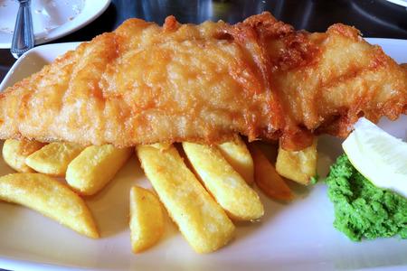 fish and chips: Una comida de patatas fritas de pescado