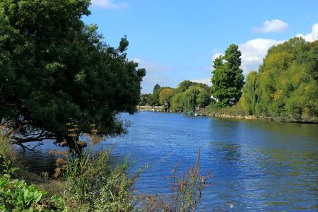 ロンドンのリッチモンド近くのテムズ川の眺め