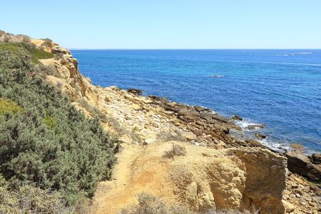 Pathway down to the rocky shoreline near Albufeira Imagens