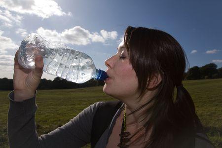 una mujer bebiendo agua Foto de archivo - 5552335