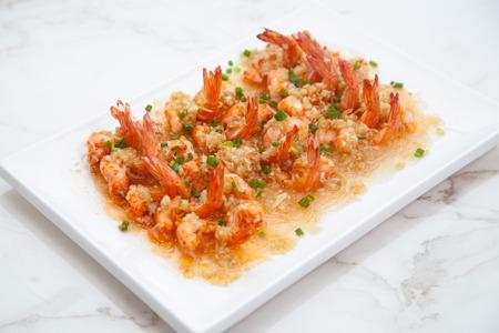 gloria: Delicious grilled shrimp on wooden skewers on a plate macro. Horizontal, garlic shrimp, braised shrimp Stock Photo