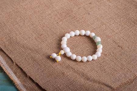 piedras preciosas: Pulseras de jade, perlas, collares, �gata, cristal, piedras preciosas Foto de archivo