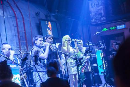 band bar: band in a bar