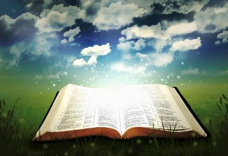 alabando a dios: Abra la Biblia que brilla intensamente Foto de archivo