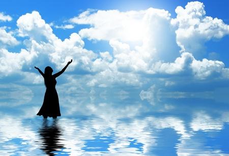 alabando a dios: Mujer alabando Foto de archivo