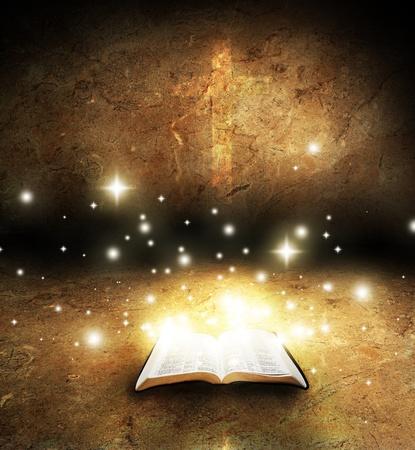 bible ouverte: Ouvrez la Bible avec la croix