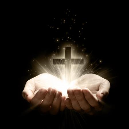 十字架を保持