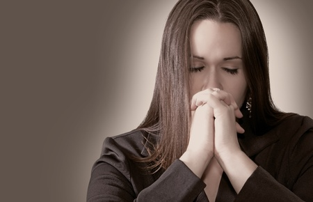 mujer arrodillada: Mujer que ora con las manos juntas Foto de archivo