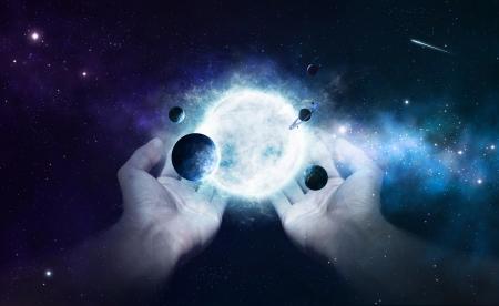the universe: Dos manos que sostienen el sol y los planetas en el universo