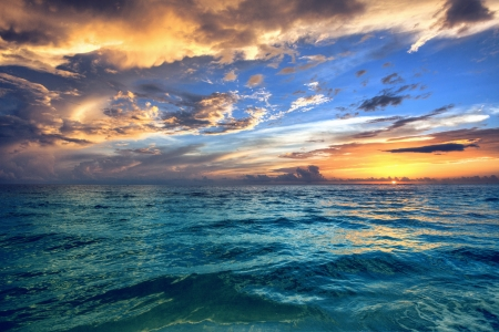 Magnifique coucher de soleil sur la plage avec les eaux tropicales de l'océan.