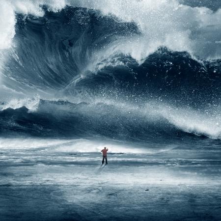 Grande ondata di marea schiantarsi sulla spiaggia con l'uomo