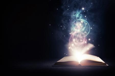 Open gloeiende boek met felle lichten en kleuren