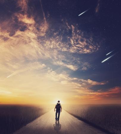 Man lopen weg bij zonsondergang Stockfoto