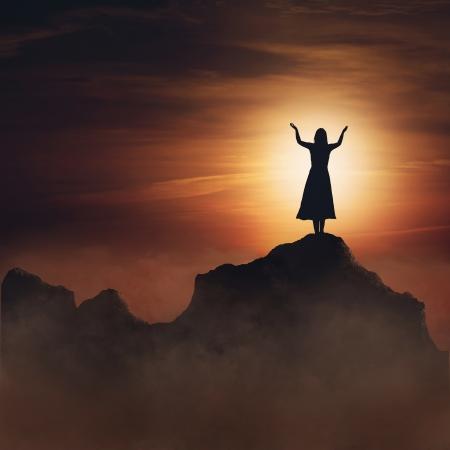 alabanza: Mujer en la montaña en la alabanza y la adoración. Foto de archivo