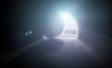De steen wordt afgewenteld van het graf van Jezus.