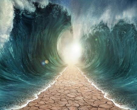 De zeeën worden gescheiden met een weg door de oceaan. Stockfoto