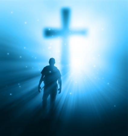 familia en la iglesia: Un hombre que caminaba hacia una cruz con rayos de sol Foto de archivo