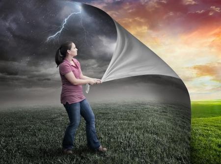La mujer tira página mochila y revela la puesta del sol Foto de archivo - 21781728