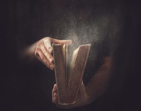 出て来る塵で開いた本を保持