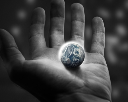열려있는 손에서 세계를 들고