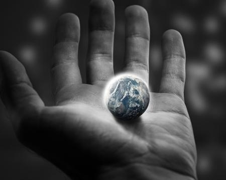 Die de wereld in je open handen Stockfoto