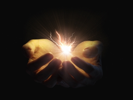 Two open hands holding a glowing lightning bolt  Imagens