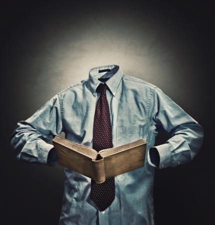 niewidoczny: Niewidzialny człowiek w garniturze z książką