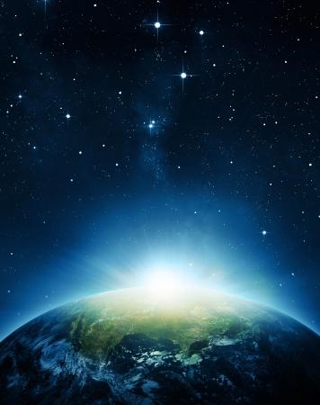 惑星の地球の日の出。NASA によって提供される要素。