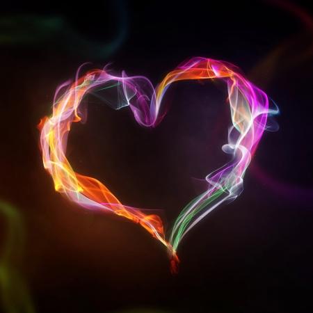 Rook en vlammen hart op een zwarte achtergrond
