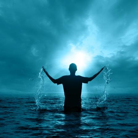 L'uomo derivante dalle acque di notte. Archivio Fotografico - 23765593