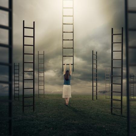 Surrealistisch beeld van een vrouw het beklimmen van een ladder naar de hemel. Stockfoto