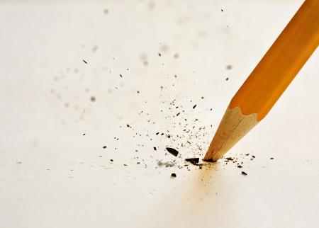 너무 세게 누른 후 연필 파괴의 리드.