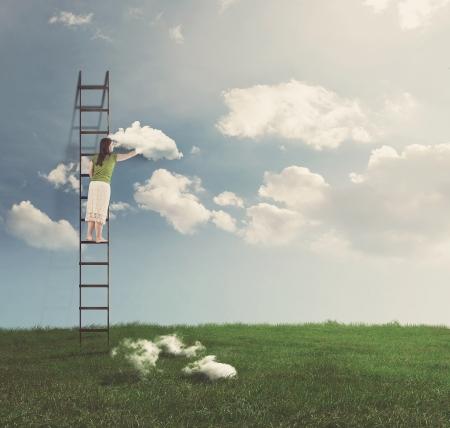 여자가 여름 하늘에 구름을 배치.