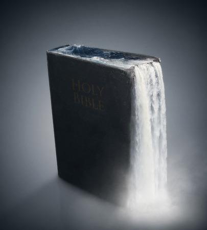 워터스는 오래 된 검은 성경의 유출. 스톡 콘텐츠