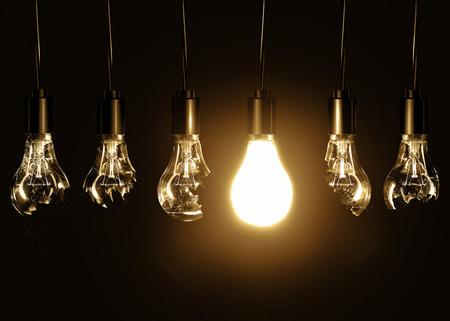 黒い背景に壊れた電球の中で輝く 1 つ電球。